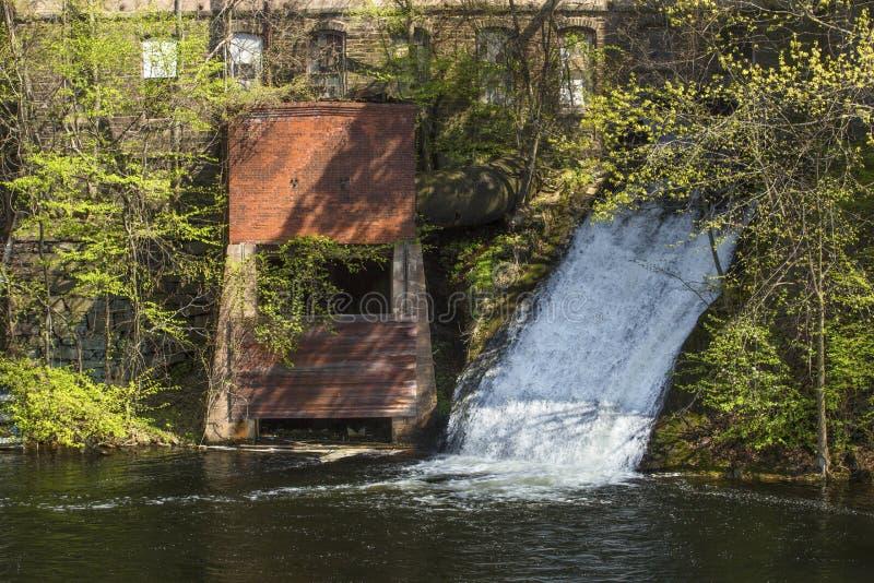 Шлюз силы воды на Dart& x27; мельница камня s, Роквилл, Коннектикут стоковое фото rf