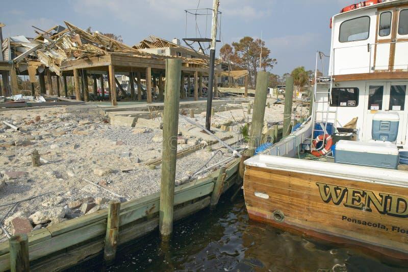Шлюпка Венди и дом портового района ударили тяжело ураганом Иваном в Pensacola Флориде стоковые фотографии rf