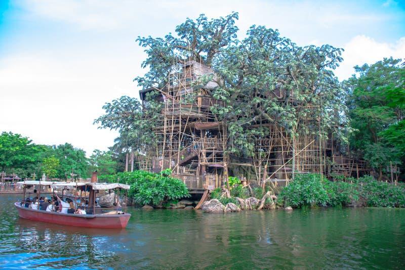 Шлюпка вполне пассажиров путешествуя через реку вокруг дома на дереве Tarzan в Гонконге стоковое изображение rf
