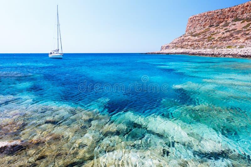 Шлюпка в лагуне Balos Крит Греция стоковое фото rf