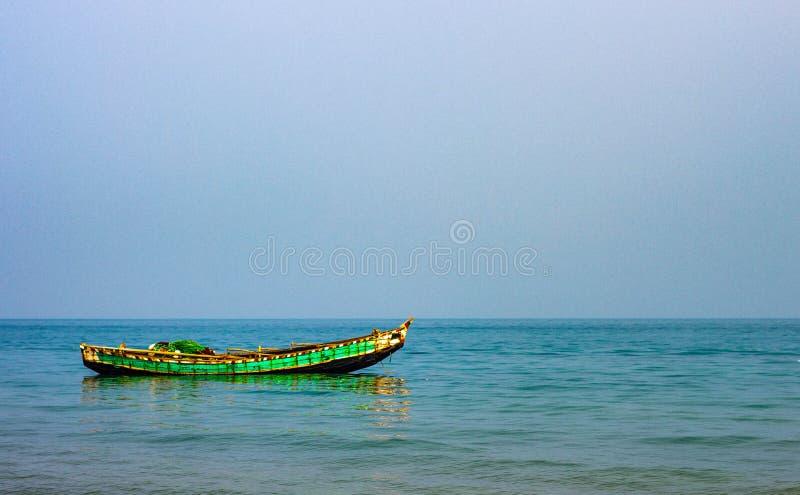 Шлюпка в голубом море стоковое изображение rf