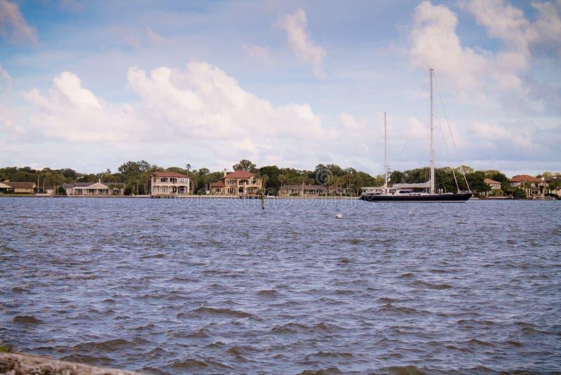 Шлюпка в заливе Августина Блаженного стоковое изображение rf