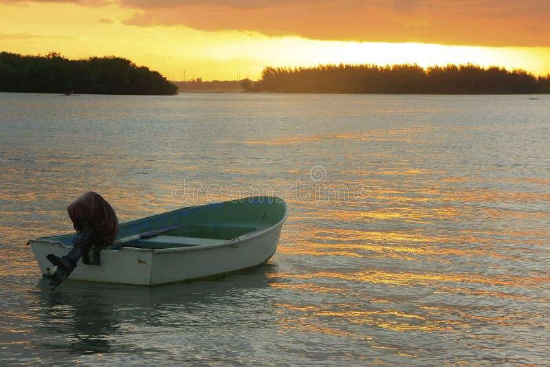 Шлюпка в заливе Boca Chica на заходе солнца стоковое изображение