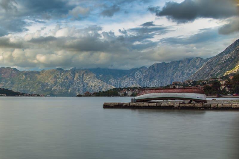 Шлюпка в заливе Kotor стоковое фото