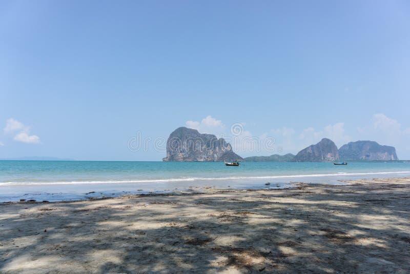 Шлюпка в красивом море и голубое небо на Pakmeng приставают к берегу стоковое изображение
