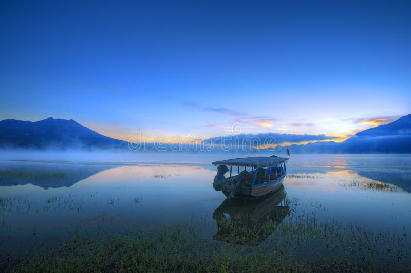 Шлюпка в озере стоковая фотография