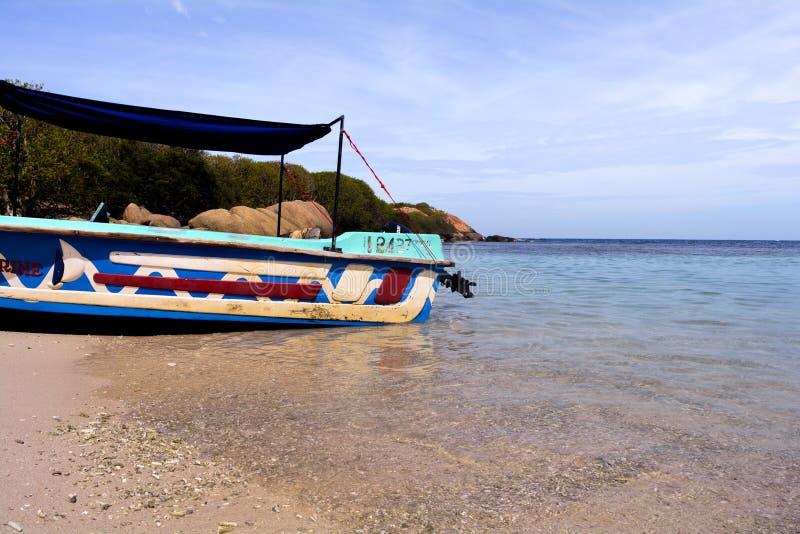 Шлюпка в острове голубя, Trinco стоковые изображения