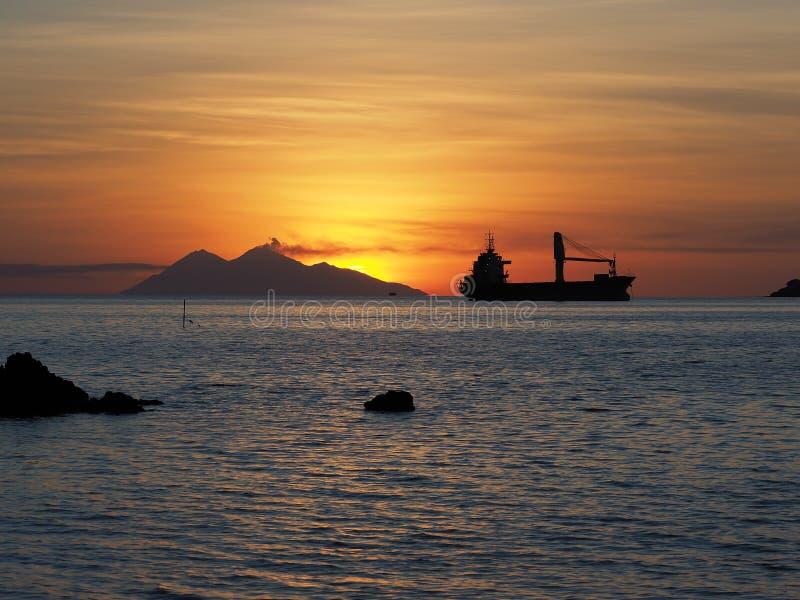 Шлюпка груза на заходе солнца, Индонезия стоковое изображение rf