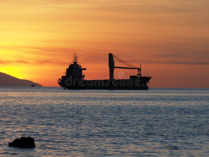 Шлюпка груза на заходе солнца, Индонезия стоковое фото