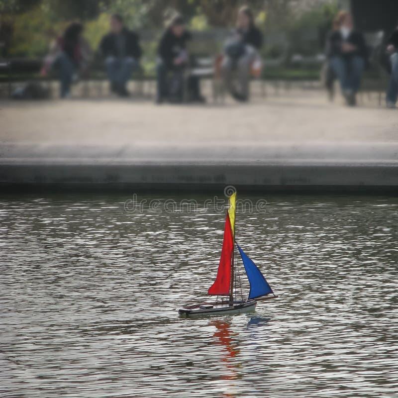 Шлюпка игрушки в Париже стоковые изображения rf
