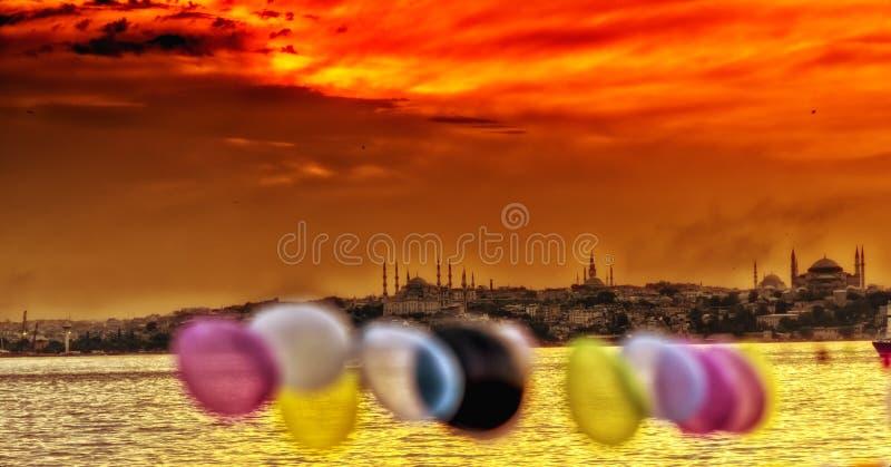 Шлюпка и заход солнца в Ä°stanbul стоковое фото