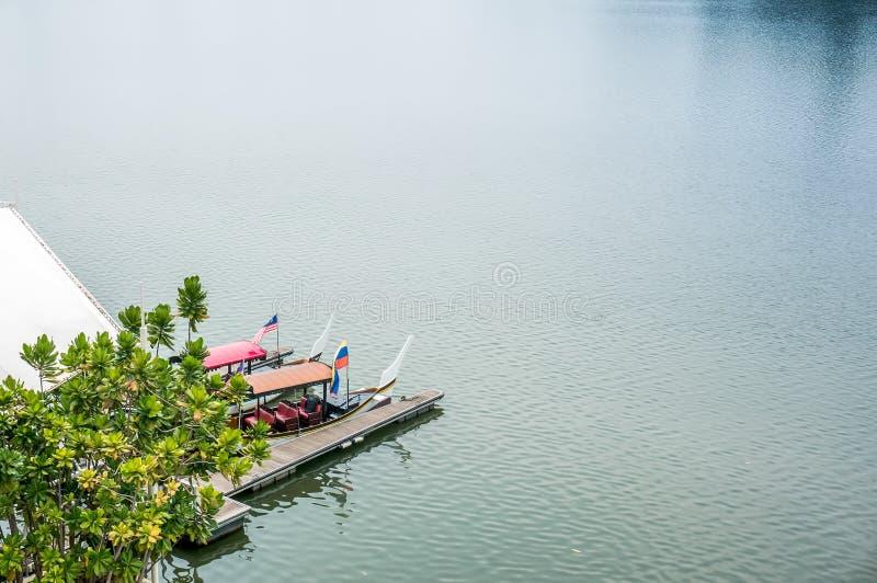 Шлюпка и мола на озере Путраджайя стоковые фотографии rf