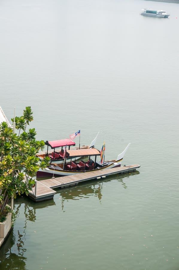 Шлюпка и мола на озере Путраджайя стоковые фото