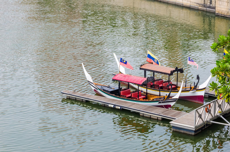 Шлюпка и мола на озере Путраджайя стоковая фотография rf