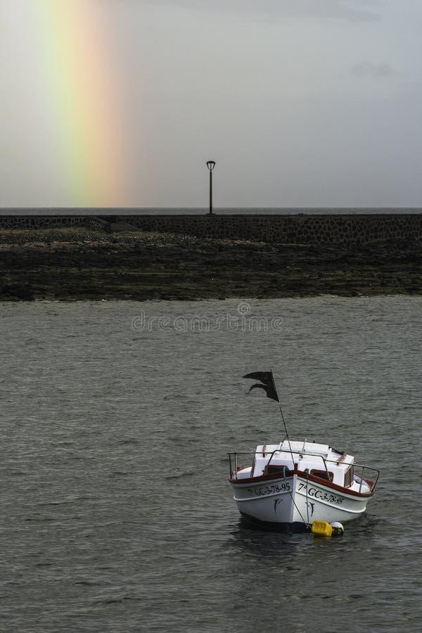 Шлюпка и радуга стоковое фото