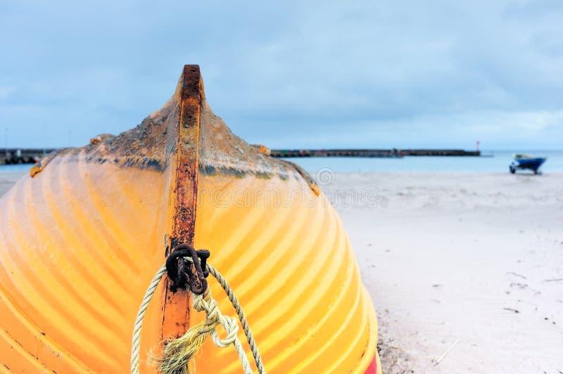 Шлюпка на береге стоковое изображение