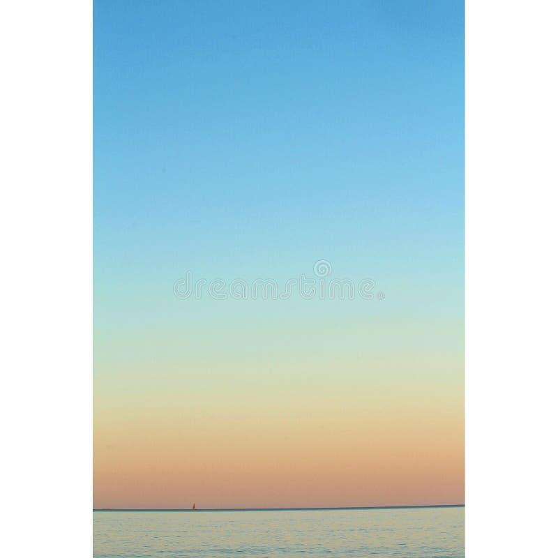 Шлюпка на горизонте стоковое фото rf