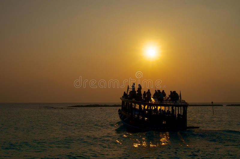 Шлюпка на заходе солнца стоковое фото rf