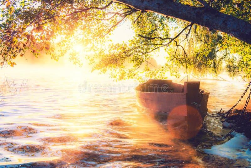 Шлюпка на зоре стоковое изображение