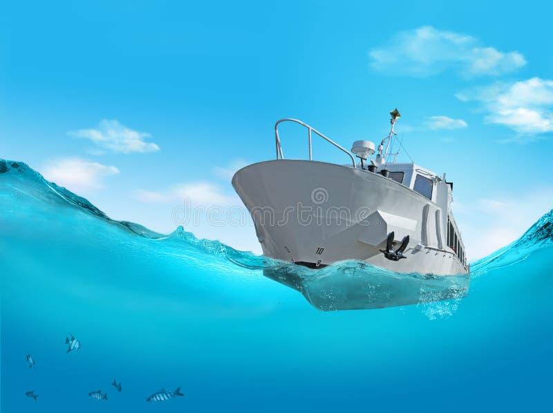 Шлюпка на море. бесплатная иллюстрация