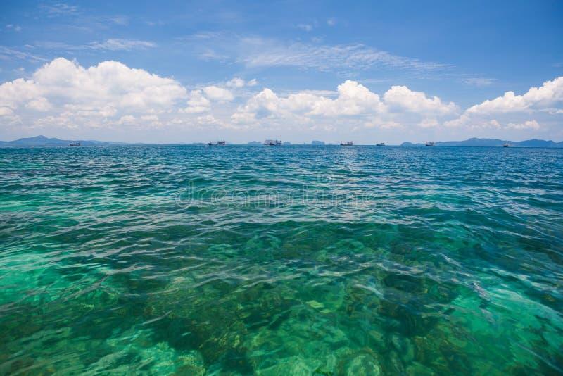 Download Шлюпка на море стоковое изображение. изображение насчитывающей coast - 40582505
