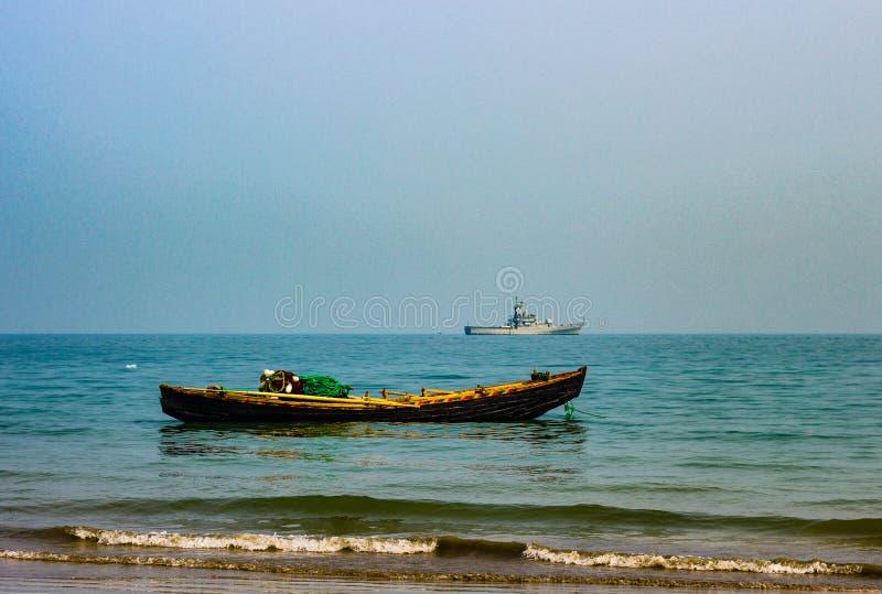 шлюпка 2 на море стоковое изображение