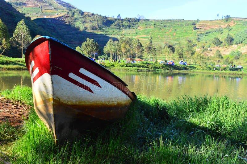 Download Шлюпка на озере стоковое изображение. изображение насчитывающей чточто - 81804627