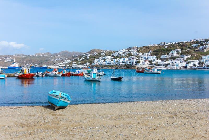 Шлюпка на пляже в острове Греции Mykonos стоковое фото