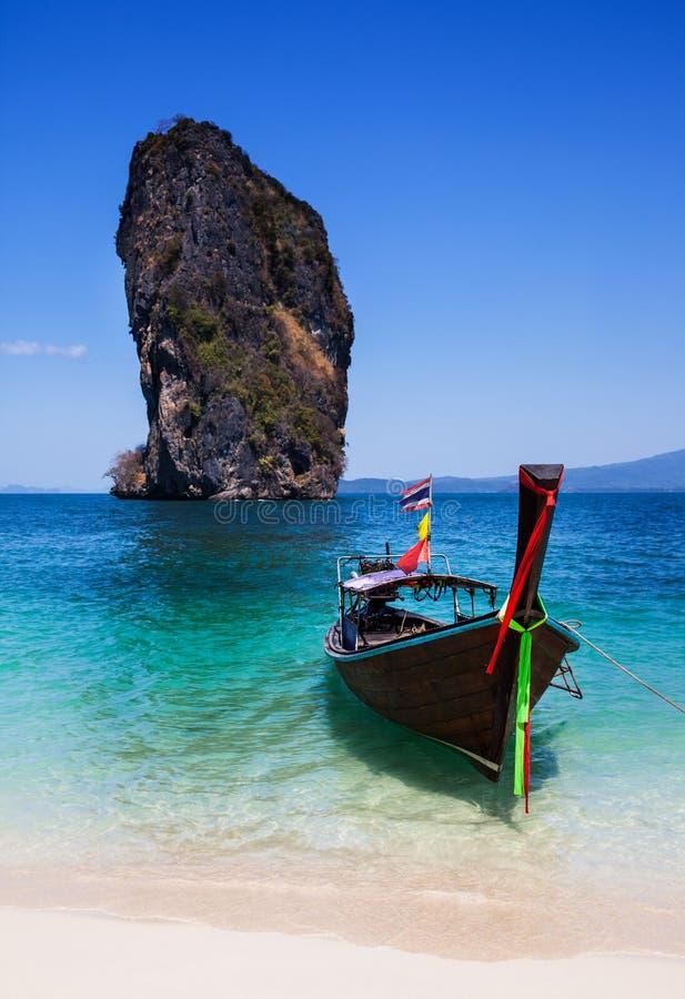 Шлюпка на пляже на острове Пхукета, туристической достопримечательности в Thaila стоковые фото