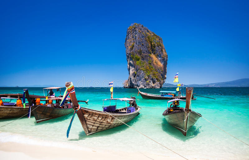 Шлюпка на пляже на острове Пхукета, туристической достопримечательности в Thaila стоковое изображение rf