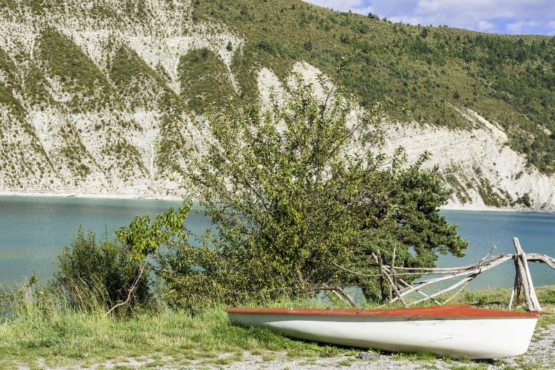 Шлюпка на пляже озера стоковые фотографии rf