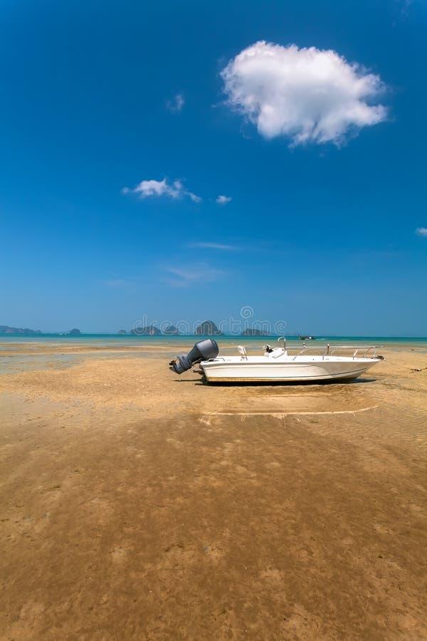 Шлюпка на пляже стоковые изображения
