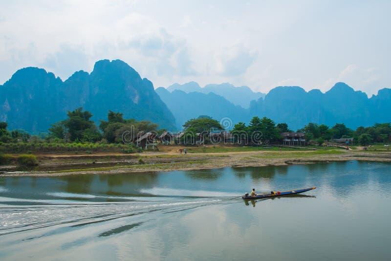 Шлюпка на реке на предпосылке гор, Лаосе стоковая фотография rf