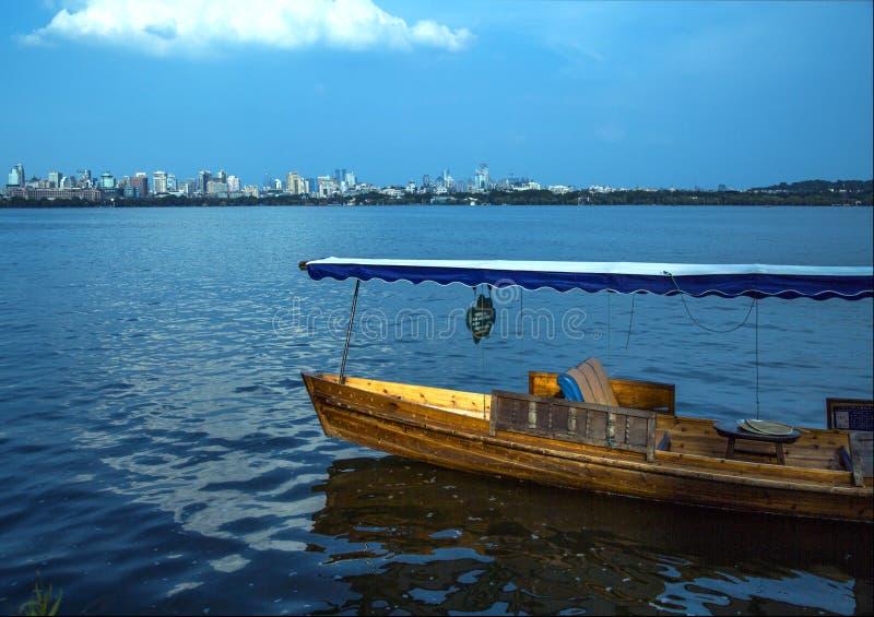 Шлюпка озера Ханчжоу западная стоковое фото