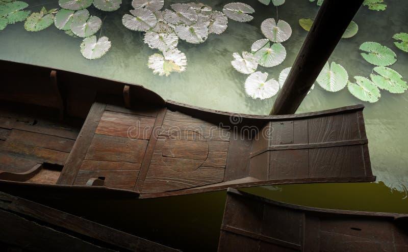 Шлюпка лотоса и прокладки стоковое фото rf