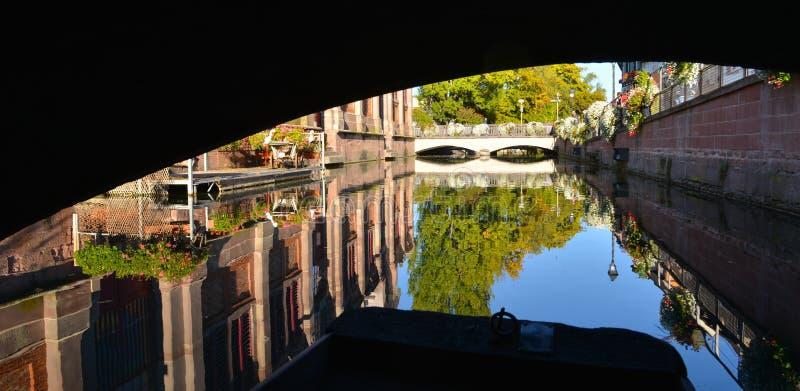 Шлюпка пока посещение Кольмар, Франция или меньшая Венеция стоковое фото rf