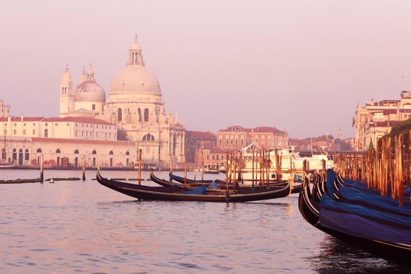 Шлюпка порта Италии и заход солнца солнечного дня стоковое фото rf