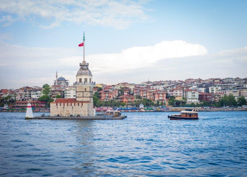 Шлюпка причаливая девичьей башне Kiz Kulesi в Стамбуле, турке стоковое изображение rf