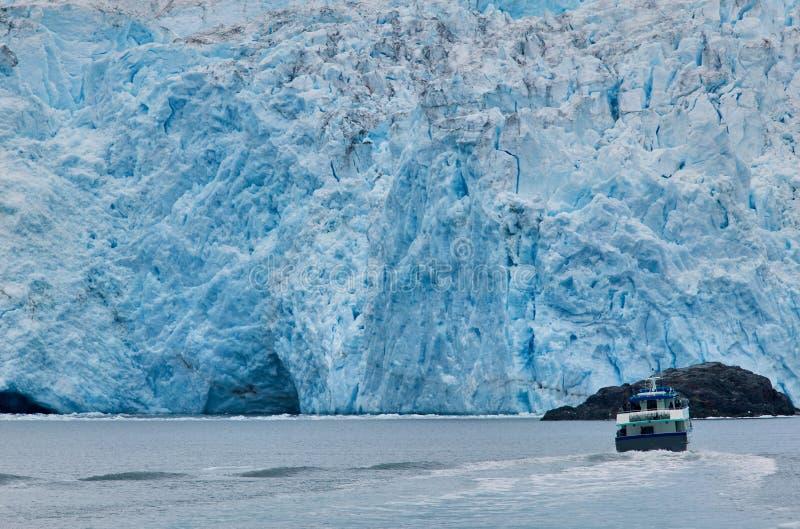 Шлюпка против ледника на Prince William Sound, США стоковые изображения