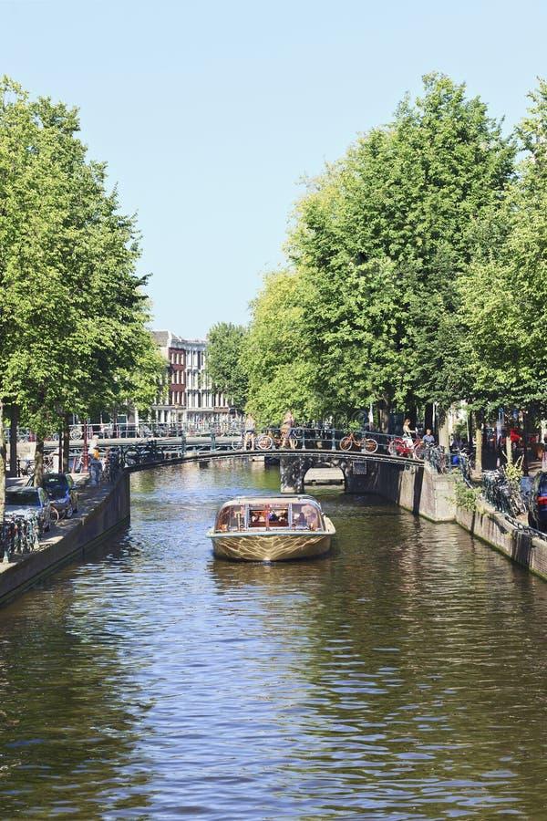 Шлюпка путешествия в поясе канала Амстердама. стоковая фотография