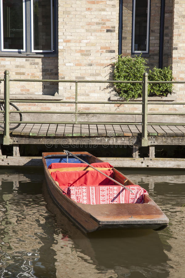 Шлюпка плоскодонки на кулачке реки, Кембридже стоковые изображения