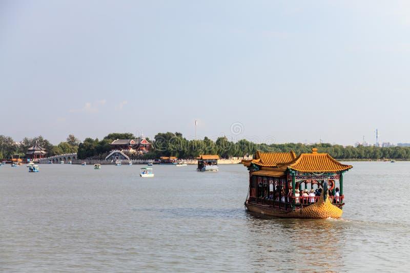 Шлюпка дракона на озере Kunming на летнем дворце, Пекине стоковая фотография rf