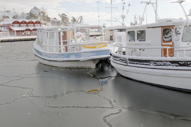 Шлюпка рыбацких лодок в малой гавани во время зимнего времени стоковые фотографии rf