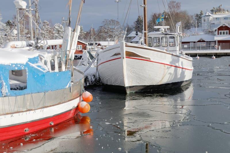 Шлюпка рыбацких лодок в малой гавани во время зимнего времени стоковая фотография