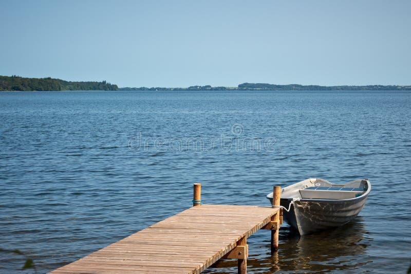 Шлюпка рыболова в озере Esrum, Дании стоковые фото