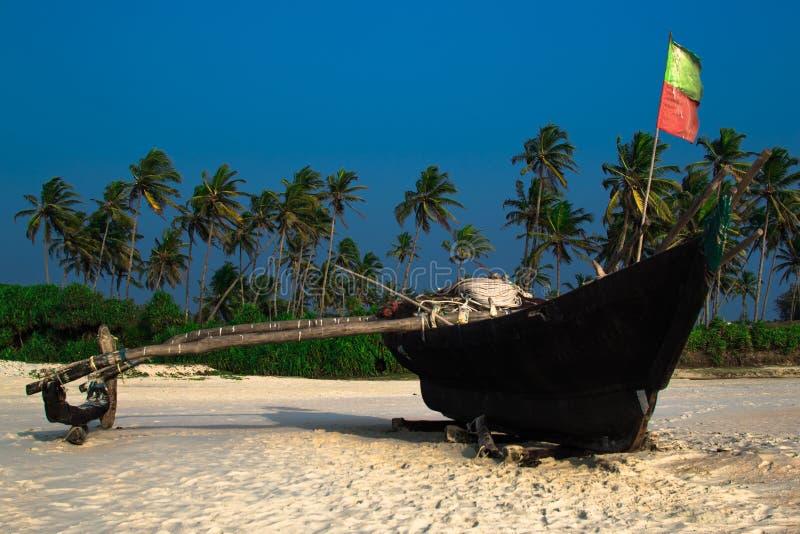 Шлюпка рыболова на пляже Goa стоковое изображение rf