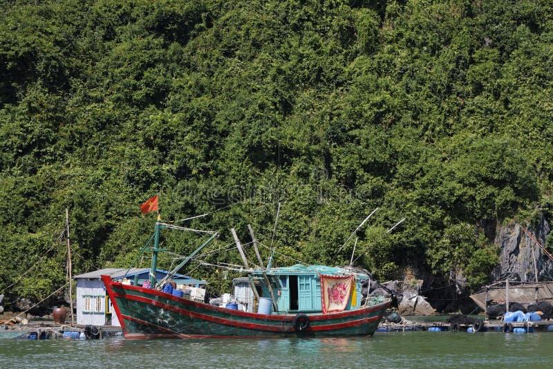 Шлюпка рыболовов около ба кота стоковое изображение
