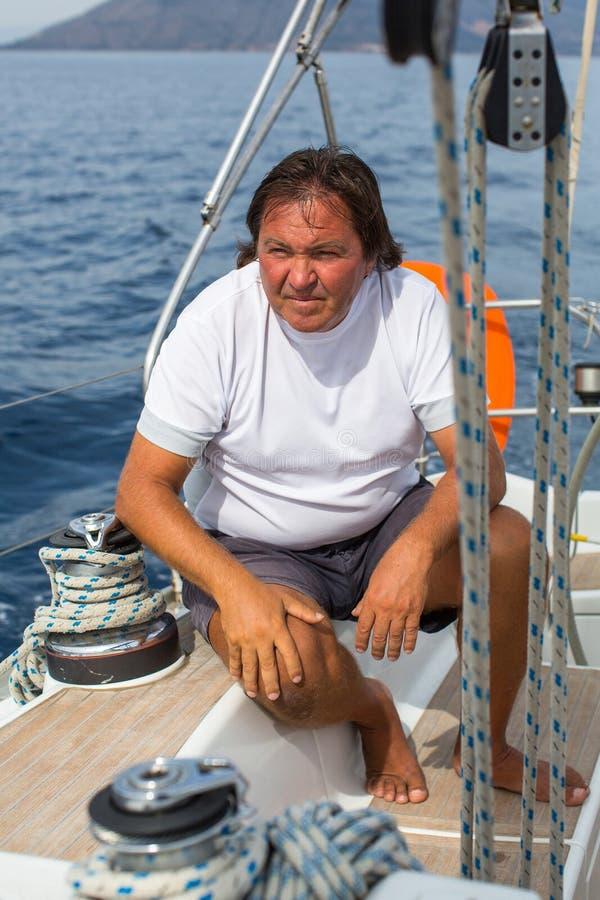 Шлюпка яхты плавания шкипера человека стоковое фото