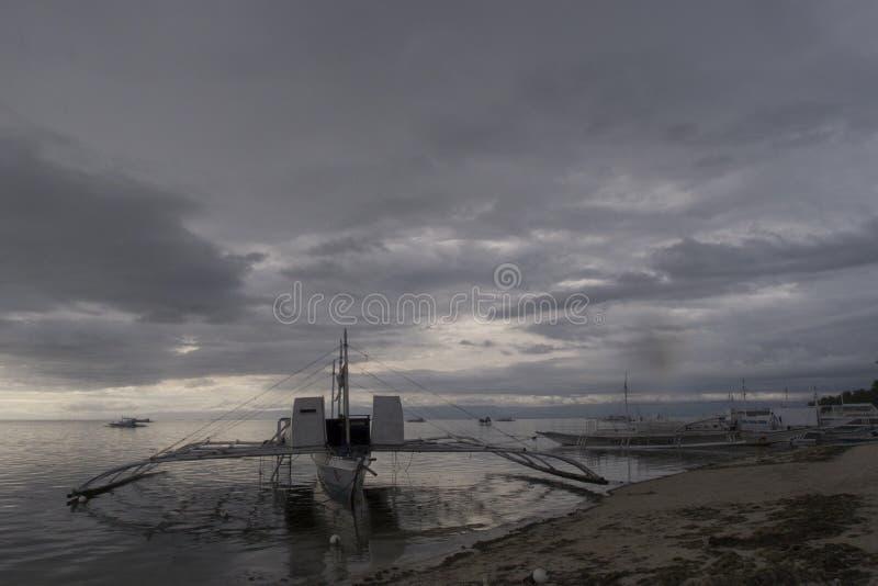 Шлюпка Banca на сумраке, Panglao, Bohol, Филиппинах стоковое изображение rf
