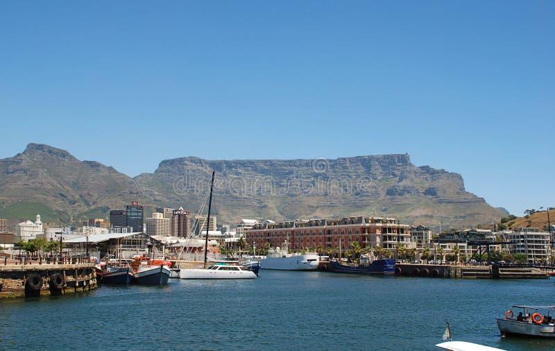 Шлюпки воссоздания, центр города и гора таблицы в Кейптауне стоковое изображение